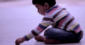 男の子が床に描いたモノは、戦争が男の子から奪ったモノ