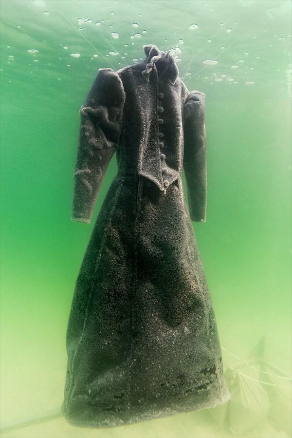 真っ黒なドレスを「死海」に2年...