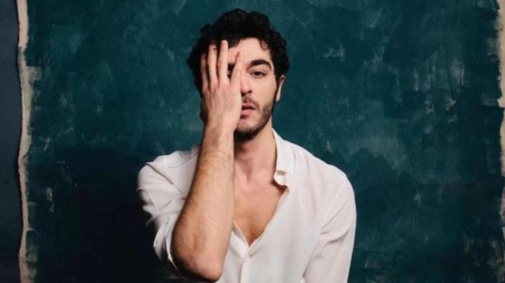 Burak-Deniz-Hot-Turkish-Actor-Turkish-men-photos-hairstyle-in-white-shirt