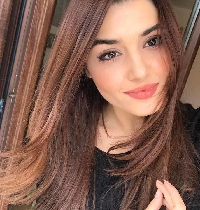 beautiful Turkish girl Hande Erçel weavy straight hair style