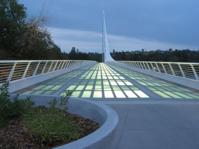 Sundial_Bridge_at_Turtle_Bay,_dusk