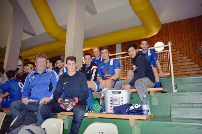 Trotz eines berherzten Aufritts ist für die blau-weißen 1b-Kicker das Hallenmasters zu Ende. wearefootball.com