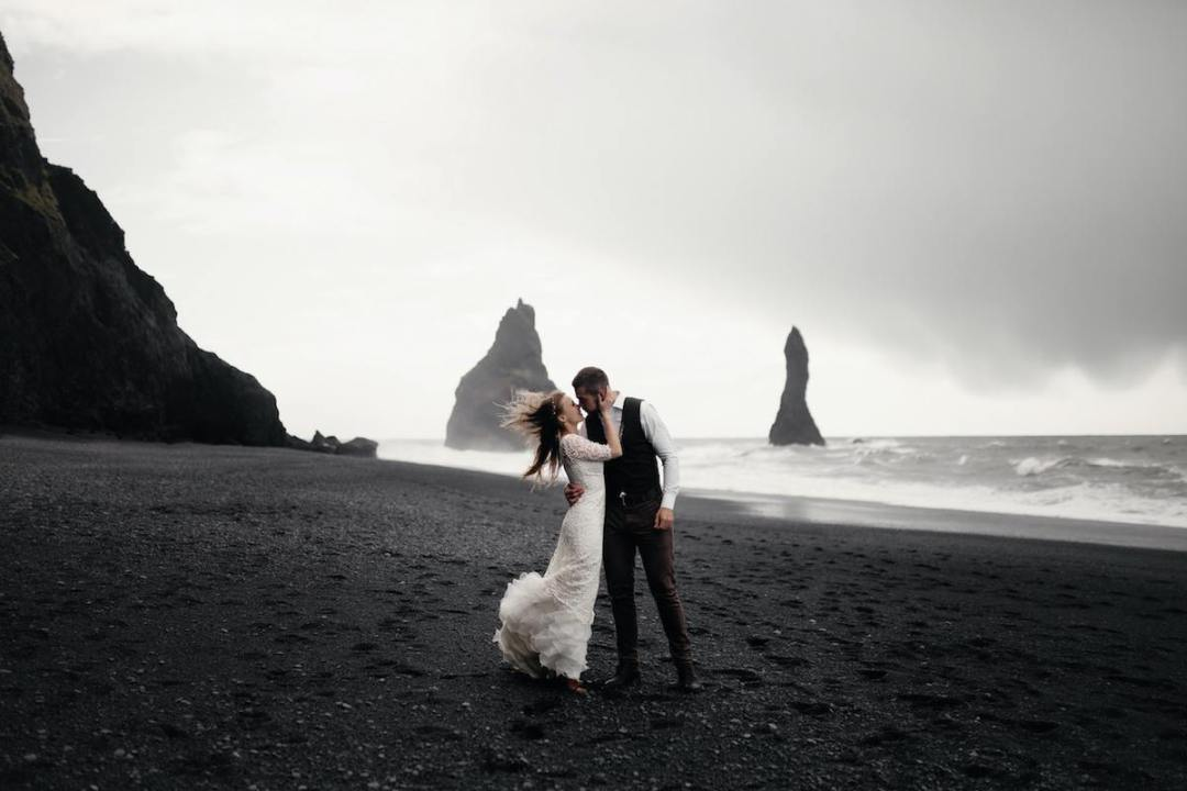 outdoor-wedding-on-black-sand-beach