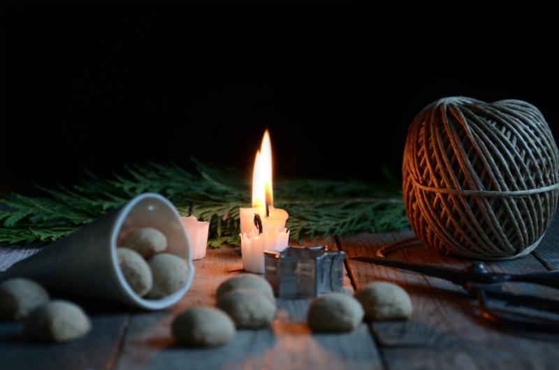 ingers-opskrift-paa-krydrede-sproede-pebernoedder-uden-fedtstof-jul-julestemning-stearinlys-julebagning-hjemmebag-smaakager