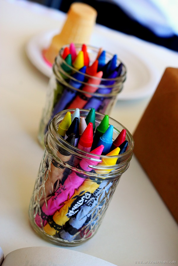 Crayons_in_glass_jar_on_table-unknownmami