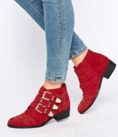 http://www.asos.fr/office/office-alloy-bottines-cloutees-en-daim-rouge/prd/6829350?iid=6829350&clr=Rougedaimvache&SearchQuery=clout%C3%A9es&pgesize=36&pge=0&totalstyles=123&gridsize=4&gridrow=2&gridcolumn=2