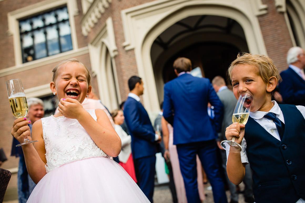 bruidskindjes drinken lekker champagne en liggen helemaal dubbel