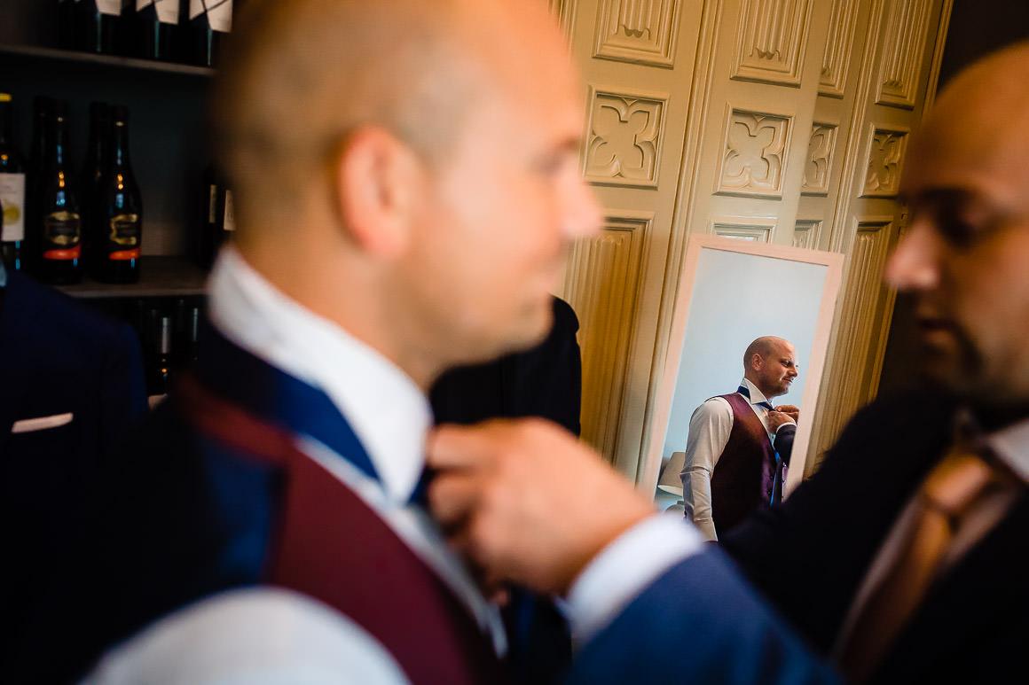 bruid word aangekleed door zijn broer
