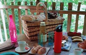 Le petit déjeuner est sur la table de la cabane perchée parmi les arbres, domaine de Raray, proche de Paris