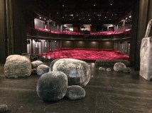 På en store scene i Aalborg Teater.