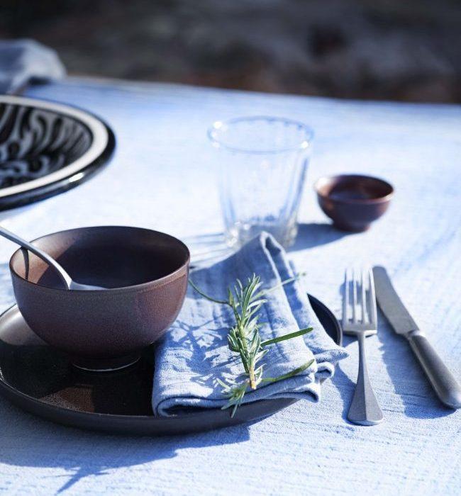 Dekk bordet med keramikk