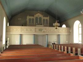 Önums kyrka utanför Vara. Kyrkorummet ouppvärmt, men under läktaren finns en varm samlingssal för de små gudstjänsterna vintertid.
