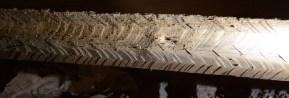 Fin sprättäljning på bindbjälke i Kestad kyrka, tydligt kännetecken för tidigmedeltida träbearbetning.