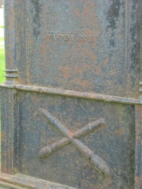 På baksidan av en vård på Bredaryds kyrkogård framgår att den är gjuten vid Häryds bruk. De nedåtvända facklorna var en vanlig dödssymbol under 1800-talet.