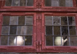 När fönsterglasen var små, var blyspröjs vanligt även i profana byggnader.