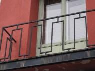 Ett balkongräcke i smide, troligen från 1930-talet.