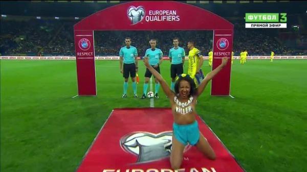Обнаженная активистка Femen выбежала на поле перед матчем ...