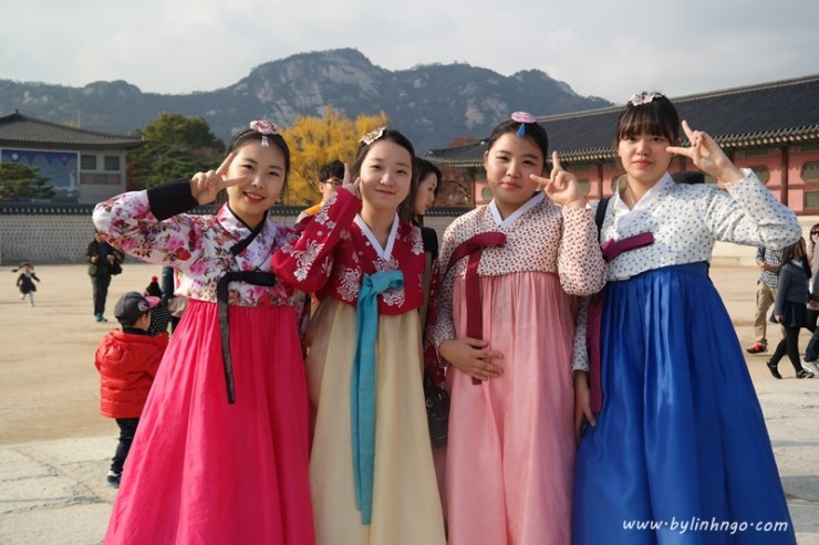 Korean Girls wearing Hanbok at Gyeongbokgung
