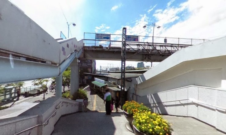 Ngay khi vừa ra Exit 1 bạn sẽ thấy cây cầu như hình, đi theo cây cầu là đến Noryangjin Market
