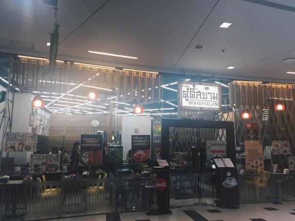 À Đây ! Recommend cho tất cả các bạn: DooDee ở tầng 5 Siam Square. Ngon bổ rẻ :X Các món ăn Thái giá cả trung bình tầm 70-80-90 Baht