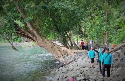Menapaki jalur menuju Gua Sarang, sebentar lagi sampai Omm Tante