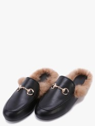 http://fr.shein.com/Black-Faux-Leather-Fur-Lined-Slippers-p-319504-cat-1881.html?utm_source=bymaelle.wordpress.com&utm_medium=blogger&url_from=bymaelle