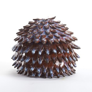 Boîte brune et blanche en céramique avec pétales pointus de la forme d'une pomme de pin pointue