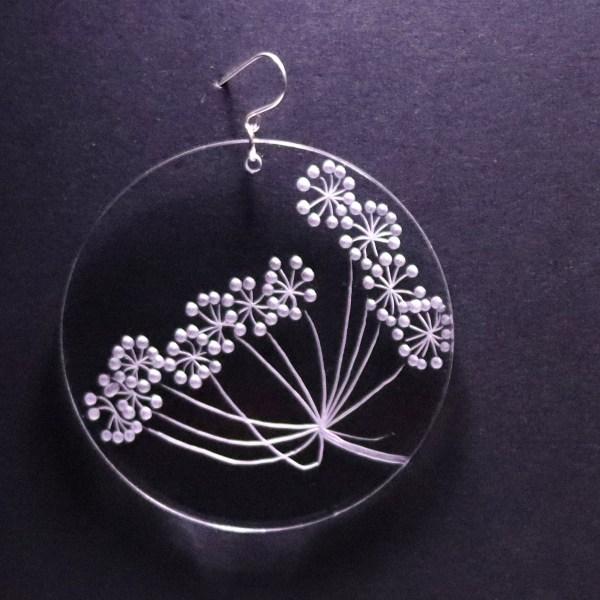 Boucle d'oreille en plexiglas transparent gravé à la main de fleurs d'ombellifères