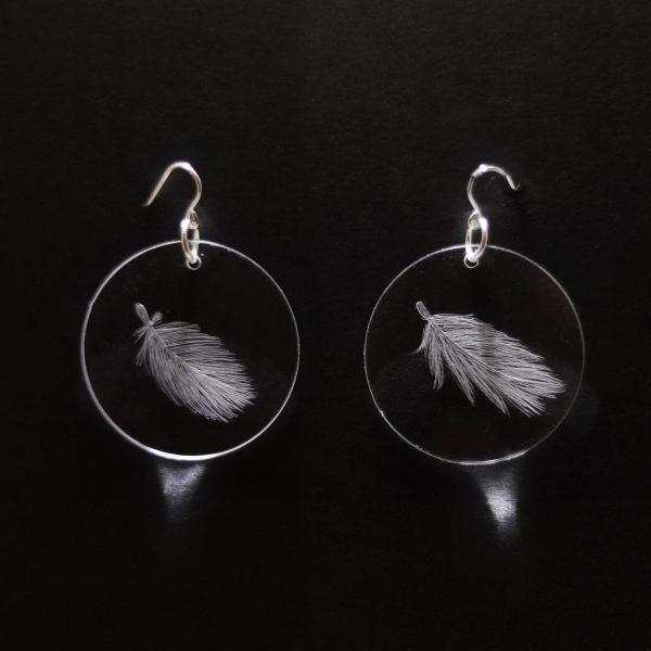 Boucles d'oreilles en plexiglas gravé à la main de plumes