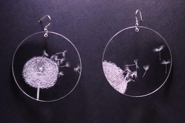 Boucle d'oreille en plexiglas transparent gravé à la main de pissenlit