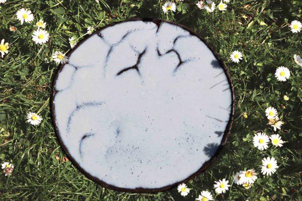 plat décoratif en grès émaillé blanc à bulles et montagnes