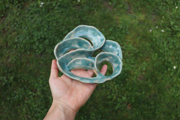 pique fleurs arabesque moyen modèle - grès blan émail bleuté clair brillant