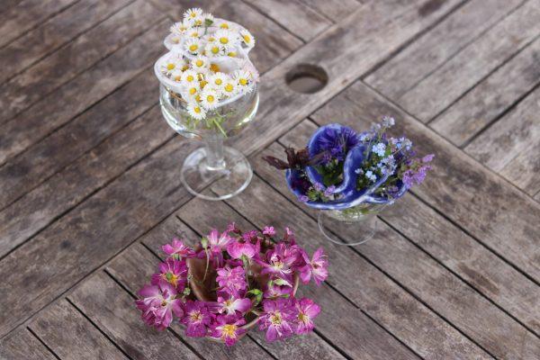 pique fleurs blanc , bleu et rose