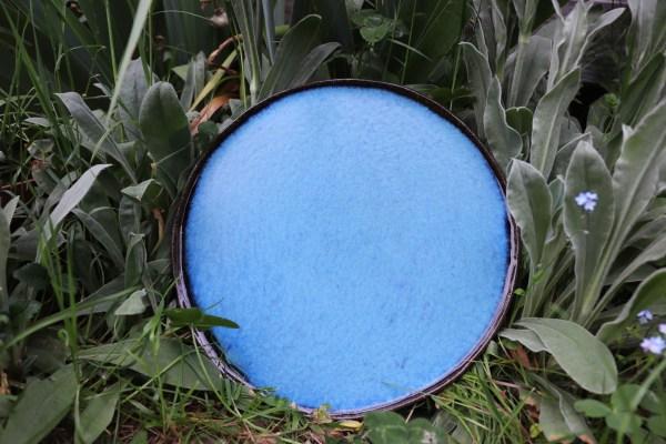 plat décoratif en grès bleu mat