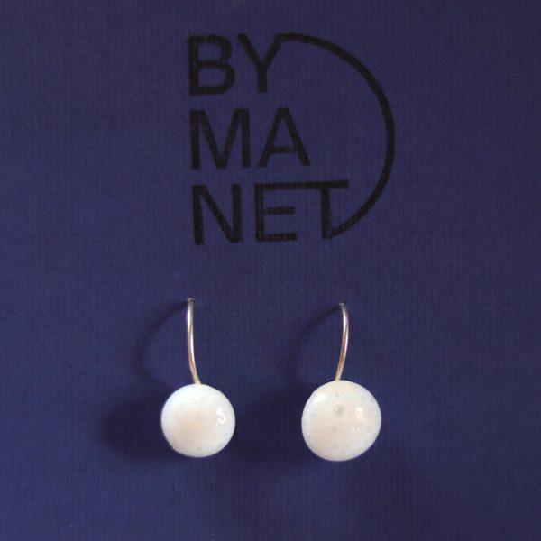Boucles d'oreille dormeuses goutte d'émail en verre blanc