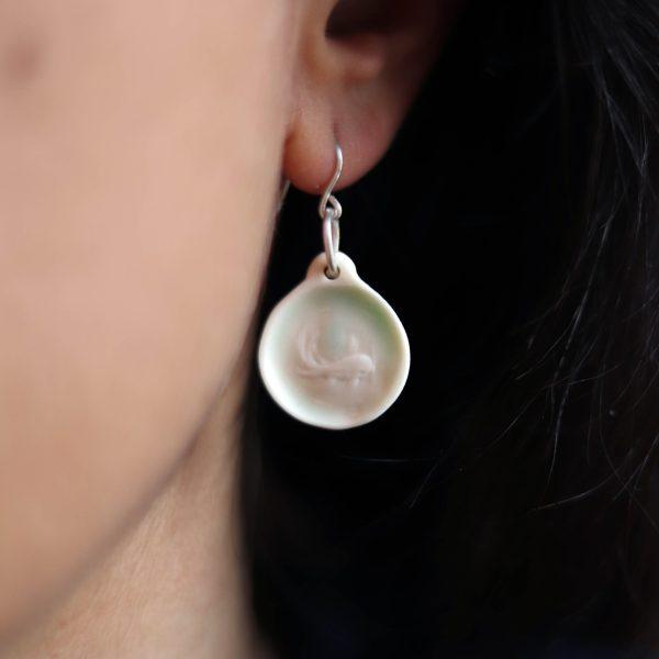 Boucles d'oreille en porcelaine gravée d'un poisson carpe