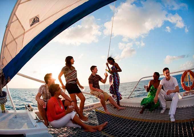 Fiesta en la proa en un Viaje para Navegar en Catamarán
