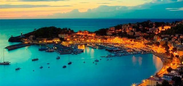 La Bahía de Soller con veleros en Mallorca