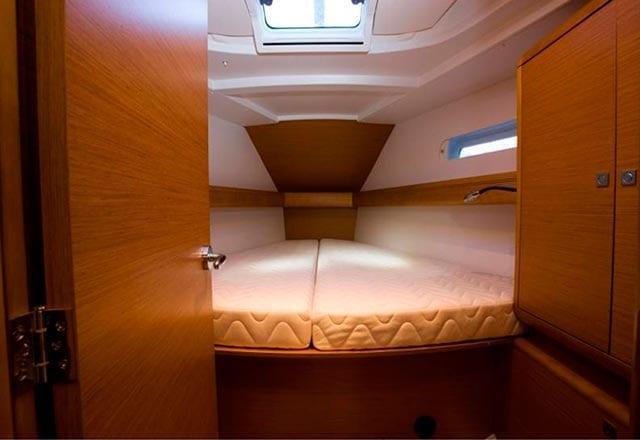 Cabina de Proa del Alquiler de Velero Sun Odyssey 449 en Ibiza