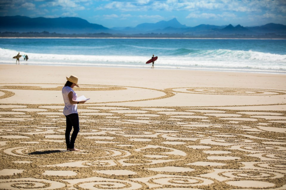 https://i1.wp.com/byronwritersfestival.com/wp-content/uploads/2016/05/Byron-Writers-Festival-Sand-Art-by-Craig-Gascoigne-Photo-by-Evan-Malcolm-8-copy.jpg?resize=960%2C640