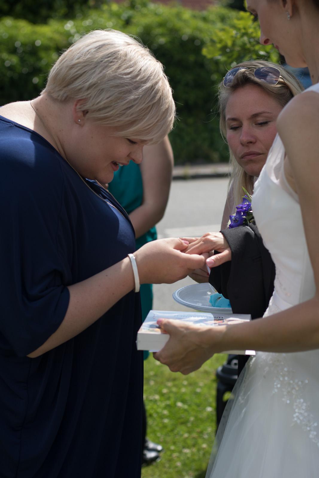 Tine og Allans bryllup - viser ringen