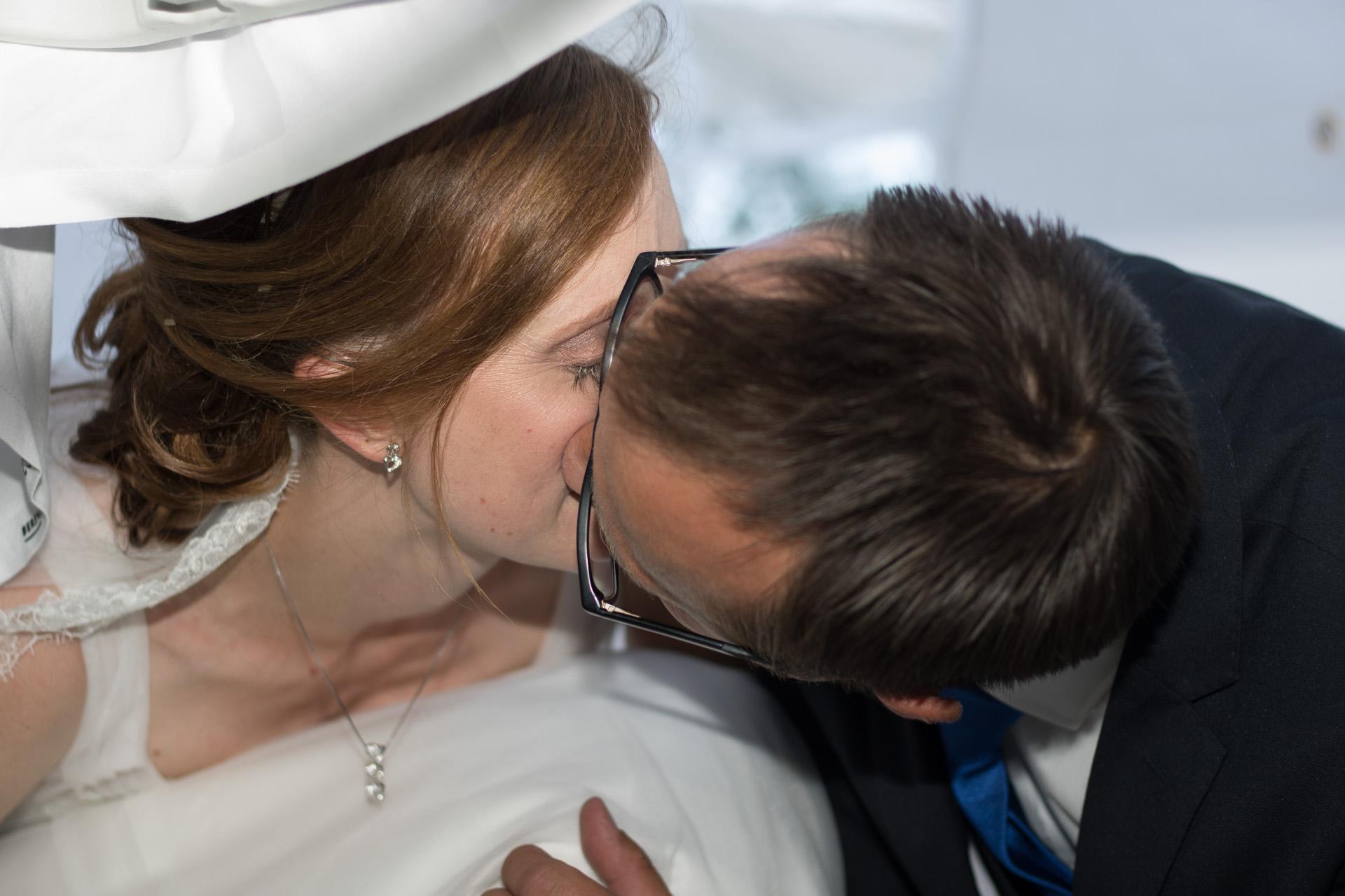 Tine og Allans bryllup - kys under bordet