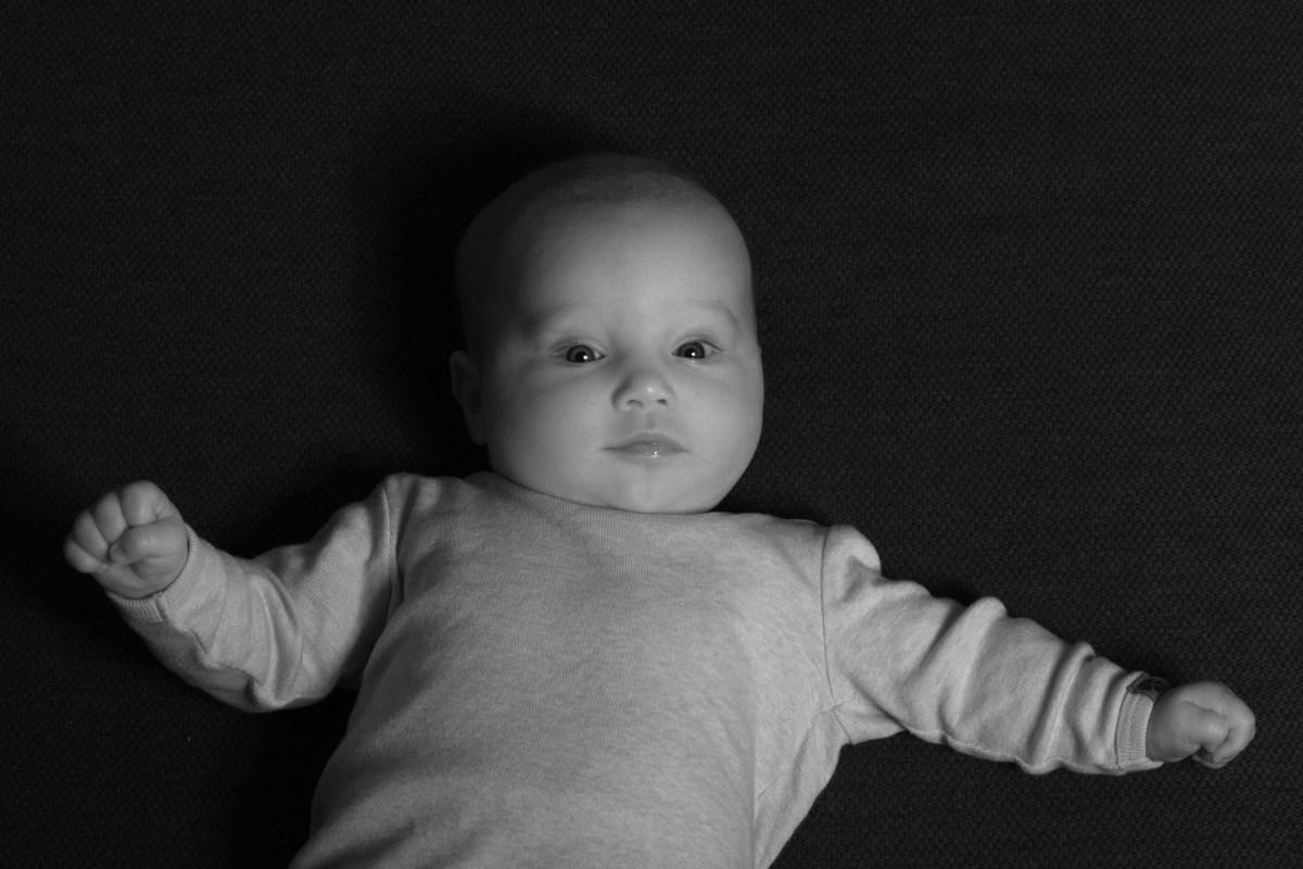 Baby på sort baggrund, i sort/hvid