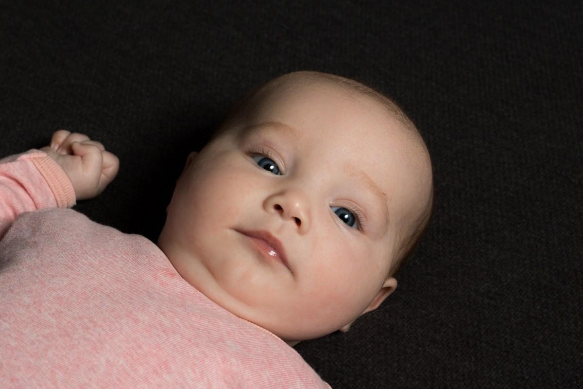 Baby i lyserød med sort baggrund