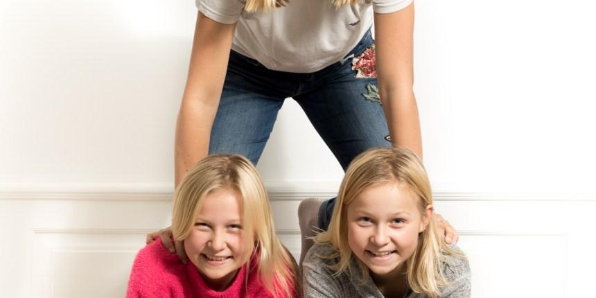 Tre piger laver pyramide