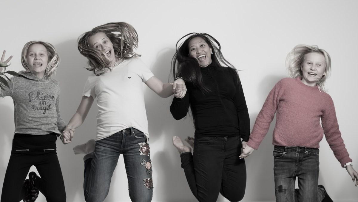 Tre børn med aupair, hopper