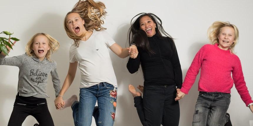 Tre børn med aupair hopper