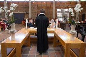bag alteret, med udsigt til præst, brudepar og gæster