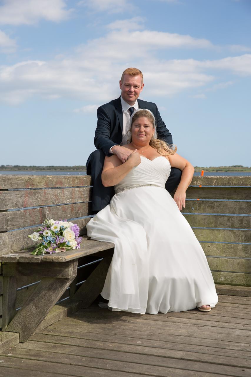 Brudepar på træbænk ved molen