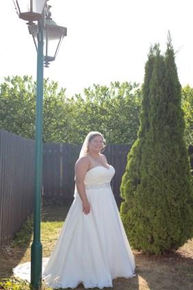 bruden ved lygtepælen i haven
